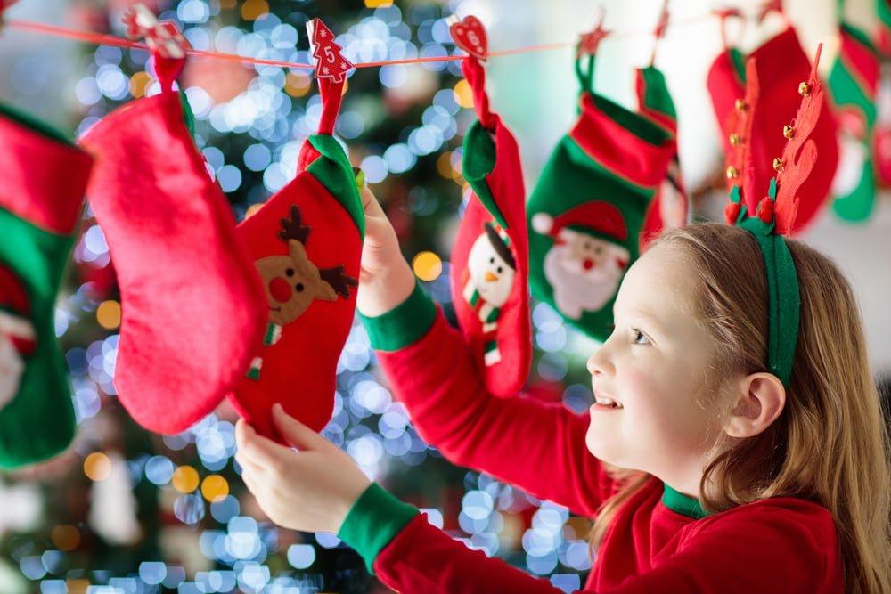 Pige leder efter juleslik i pakkekalender