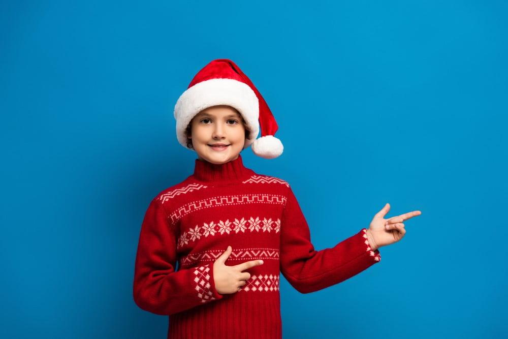 Glad dreng i juletøj
